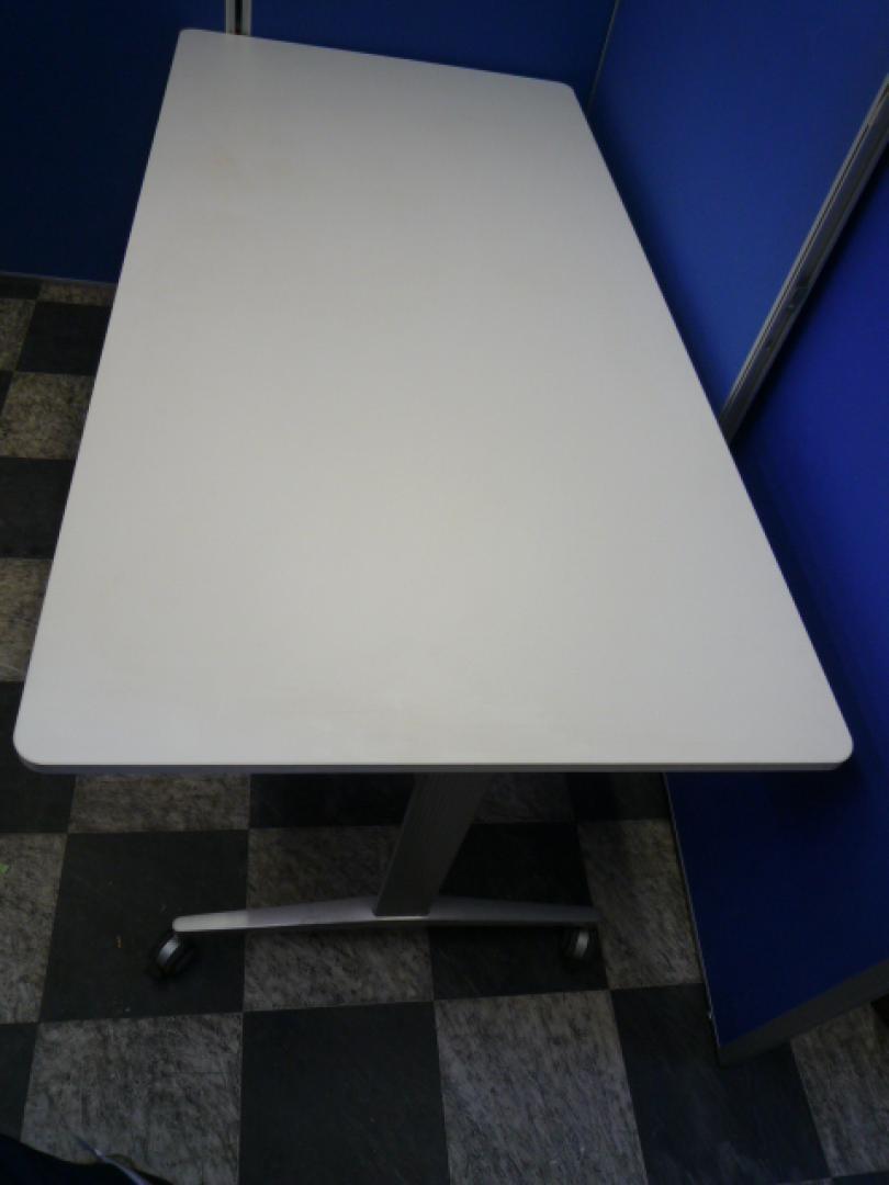 【状態良好】ミーティングテーブル■幅1800mm■清潔なホワイト■キャスター付きで移動も楽ちん■会議・催事用に|テーブルDEシリーズ 角型テーブル(中古)