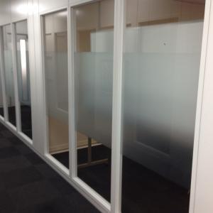 【間仕切り】中古ガラスハイパーテーション!会議室スペースにおすすめ
