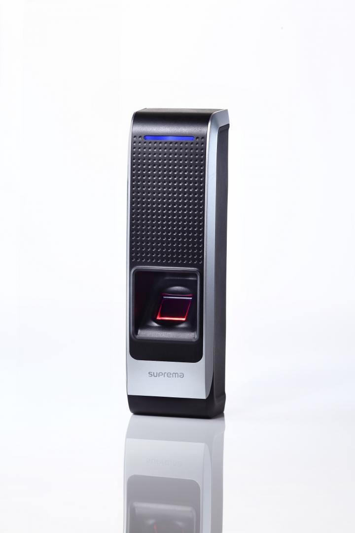指紋認証とフェリカ対応カード/携帯に対応した最新型モデルです。 オフィスの外観を損ねる事が無いデザイン性にも優れたモデルです。 POE対応モデル|BioEntry Plus(バイオエントリープラス)