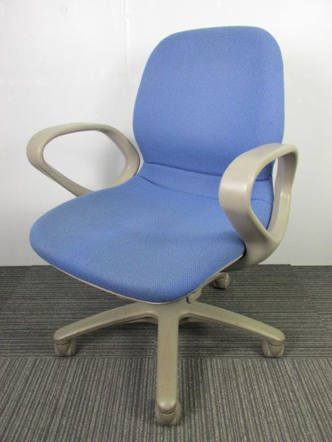 【在庫一掃セール40%OFF】肘付で使いやすいオカムラ製のチェア|定番ブルーのオフィスチェアです!