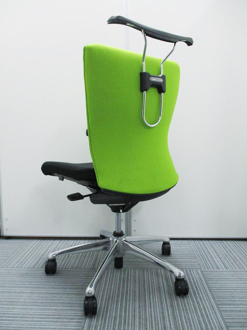【大量入荷!】新緑のライムグリーン! オカムラ珠玉の傑作、気品さえ漂う機能美…Feegoチェア、ハンガーつき!!