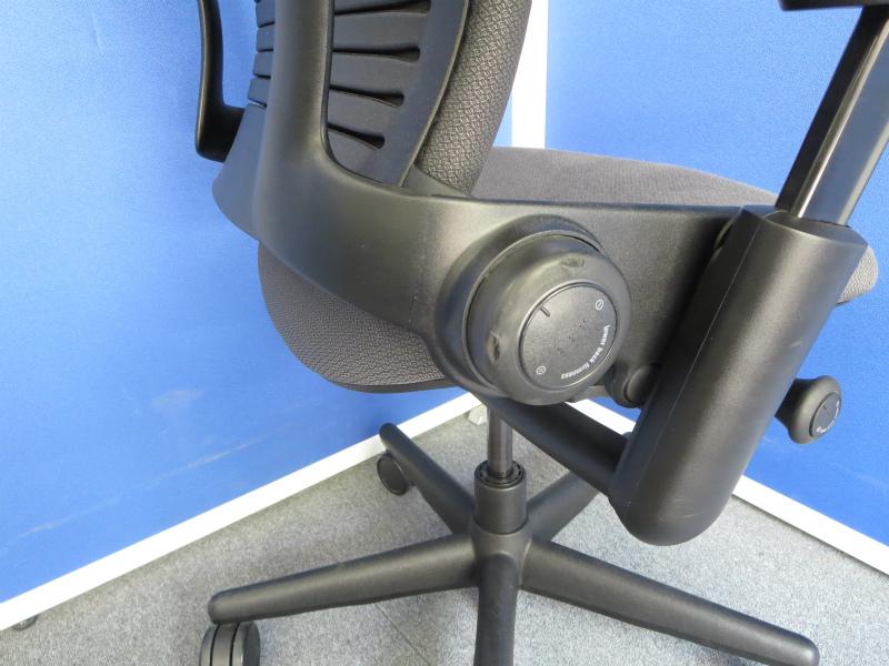 【快適な座り心地で大人気!】■スチールケース製 リープチェア グレー 固定肘 ■長時間のデスクワークでのご利用でも疲れにくい!【Steelcase Leap Chair】|Leap[leap](中古)