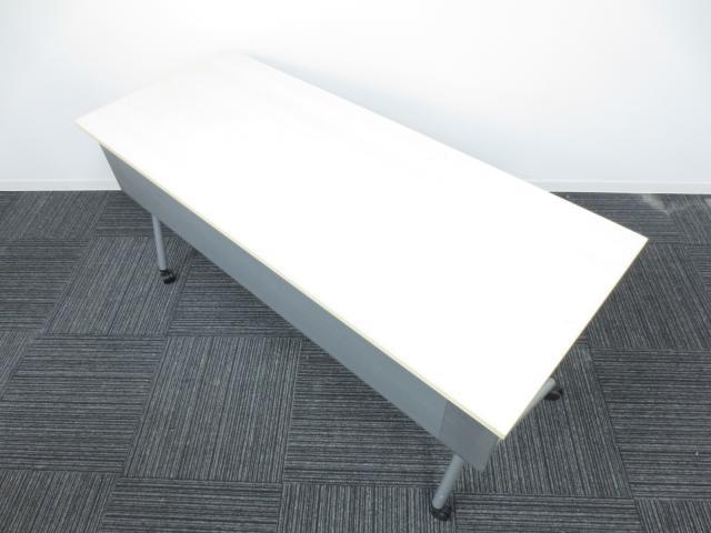 【松戸・柏店オープン!】【4台入荷致しました!】オカムラ製 サイドスタックテーブル【会議用 作業台 セミナー用 様々な場面で活躍します!】 使わない時は、天板を折りたたんで収納可能為、スペースを取りません。                                                              中古