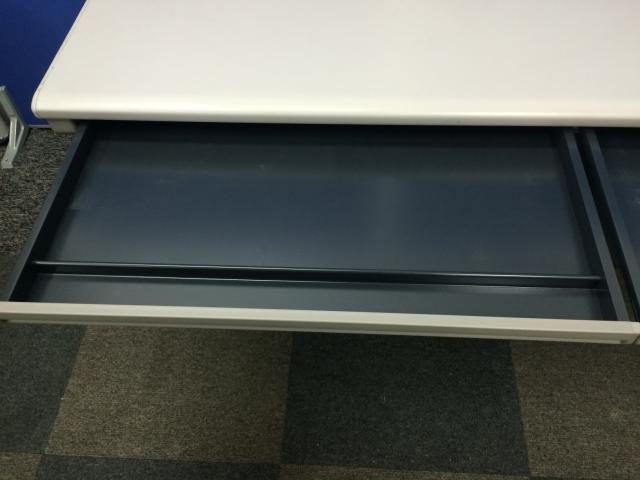【6台入荷】足元が広く机も広いためおすすめです。■色はニューグレーとどんなオフィスにも調和します。                         CZY                                     中古