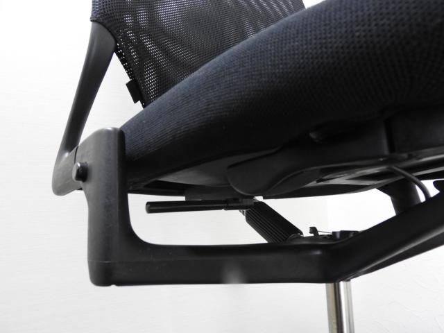 ★専門クリーニング済み★メッシュで、ブラックで、デザイナーズチェアで■シャープな脚に惚れ込むチェア                         MEDA2(メダ2)                                     中古