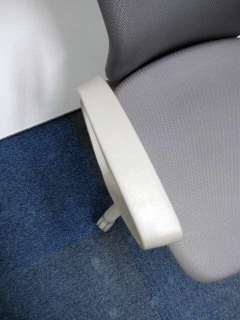 [訳あり品]カロッツァチェア 落ち着いたグレー 座面に5㎝位のシミがあるためお安くご提供いたします。                         カロッツア                                     中古