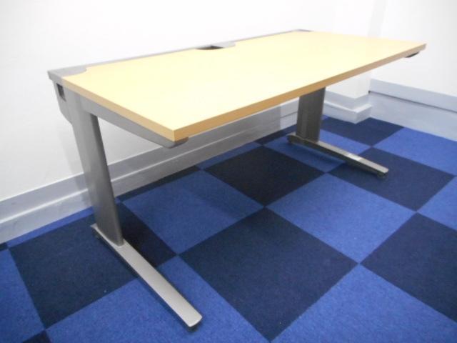 [状態良好][リーダー席にお勧め幅1400㎜サイズ]平デスク 木目天板がオフィスを明るく 事務所感のないオフィスを創りたい方におすすめ!