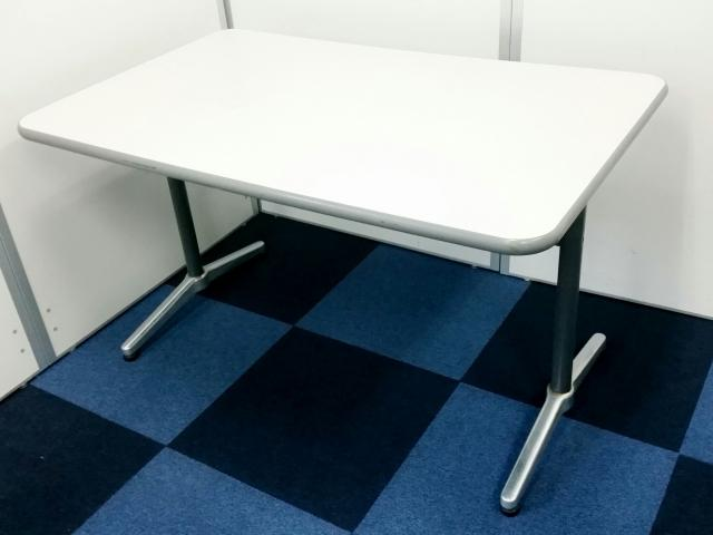 【1セット限定】コンパクトなテーブルと明るい色のネスティングチェアのセット!簡易なミーティングスペースを作るのにおすすめ!!                                                              中古