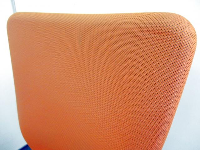 【オカムラ製の人気定番チェア入荷!】ハイバック仕様でゆったり座れる【明るいオレンジカラーでオフィスも明るく!】                         カロッツア                                     中古