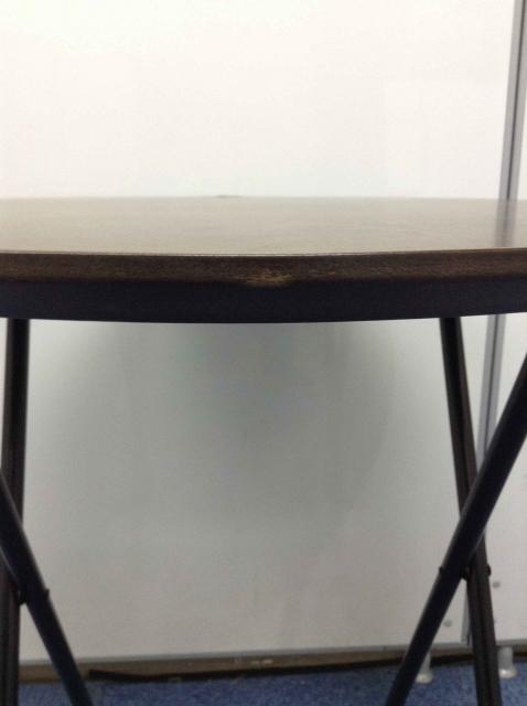 【折り畳み可能】お洒落な丸テーブル。濃い木目が雰囲気○                                                              中古