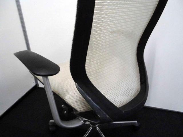 【訳有50%OFF】オカムラ製 バロンチェア 固定肘 ホワイト ハイバック メッシュ【座面背面に使用感有り】                         バロン                                     中古