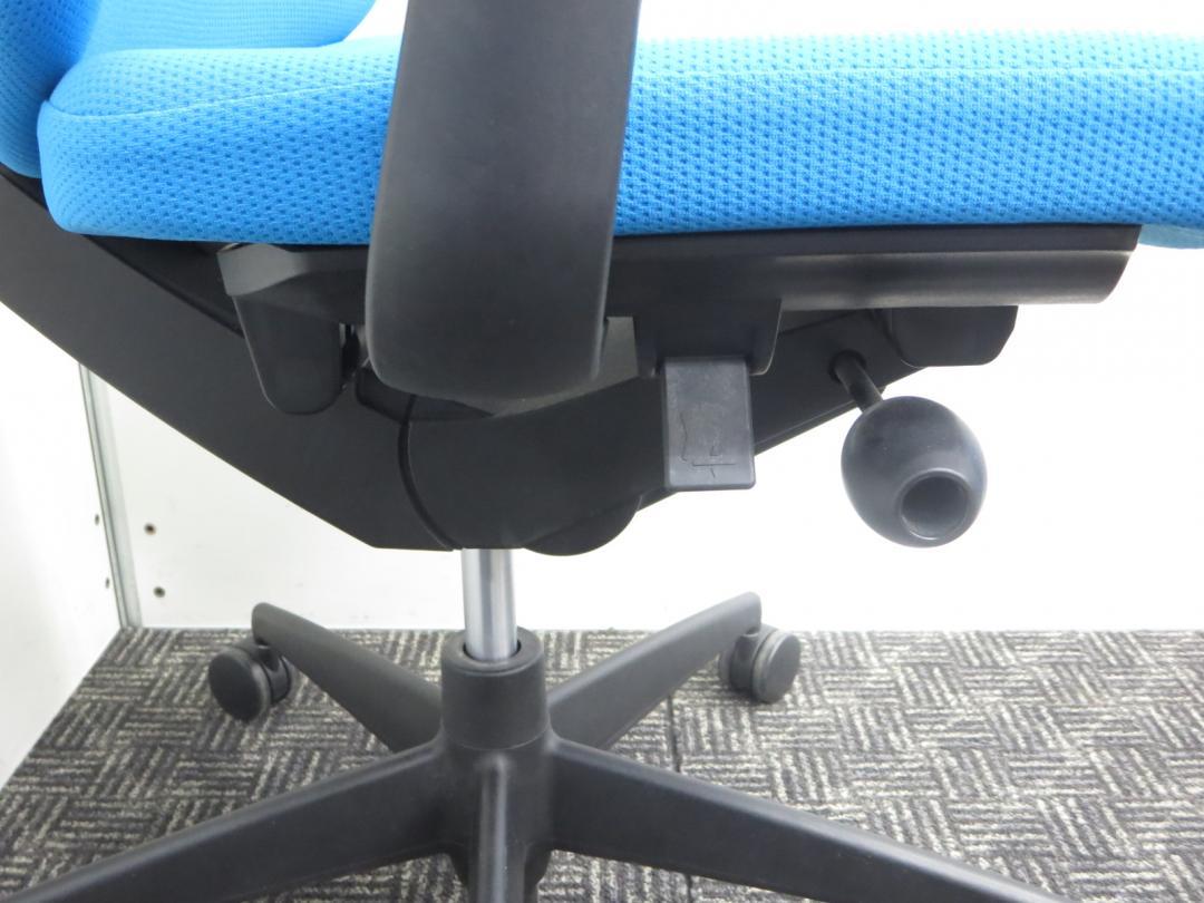 【大量入荷!】デザイン性抜群!ライトブルーがオフィスを明るくします■背中のしなり具合が圧倒的な気持ちよさ!|ウィザードチェア[Wizard](中古)