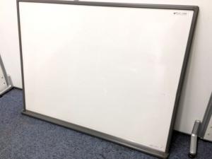 磁石無で紙を挟むことができるホワイトボード
