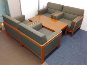【渋いグレー+木製フレームのソファー|応接セット】状態も良好で来客・応接スペースに設置もばっちし!