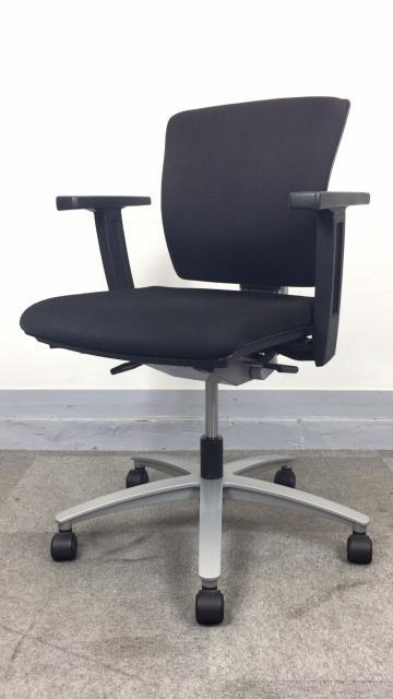 [ブラックとシルバーのコントラストで洗練された印象]稲葉製作所 インフィニアチェア 事務イス オフィスチェア 固定肘