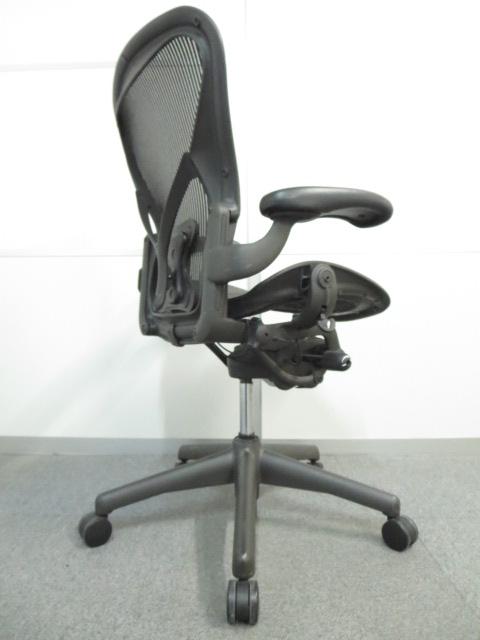 【ビジネスチェアの王様!】■アーロンチェア【HermanMiller AeronChair】■ポスチャーフィット グラファイトカラーベース ■Bサイズ 固定肘 ブラック■ハーマンミラー製 高級メッシュチェア|アーロンチェア[Aeron chair](中古)