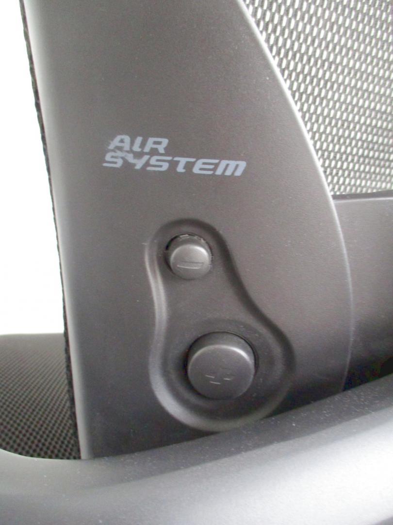 【2010年グッドデザイン賞受賞!】オフィスチェアとカーデザインの融合!【肘付きチェア!】|Xair(中古)