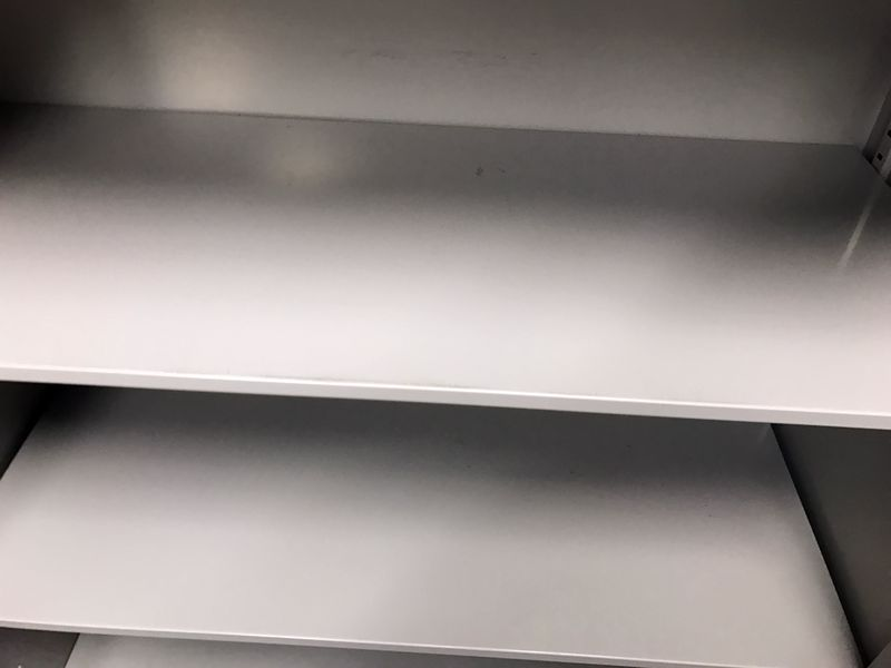 【天板付きのスチール観音開き書棚|ちょっと目立つ傷有りのため特別価格!】ウチダ製のしっかりとした製品です!|SU-Ⅱシリーズ(中古)