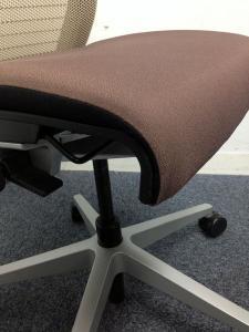 【売り切り価格!】【残り5脚】アメリカ発祥の高級チェア・シンクチェア!個性的な色で、オフィスにも個性を出していきましょう!![Think chair](中古)