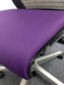 【おつとめ】【残り1脚】【在庫処分価格】座面がパープルで格好いいシンクチェアー入荷しました!![Think chair](中古)