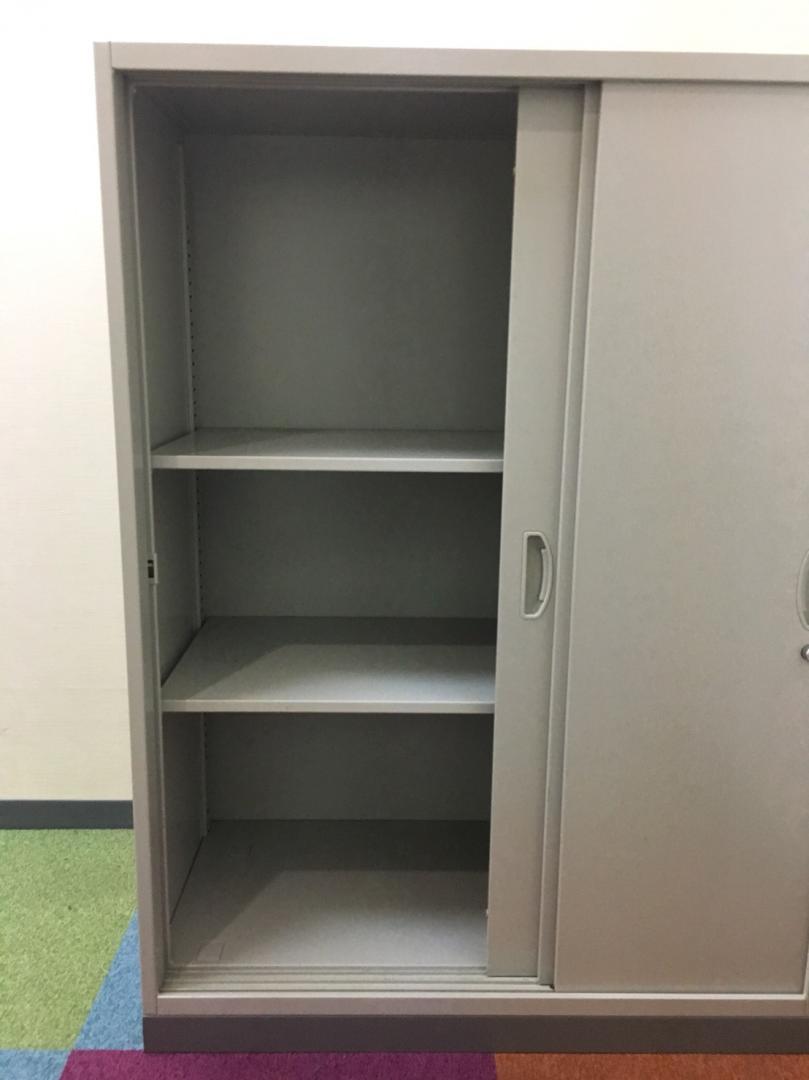 3枚扉の引戸書庫になります。2枚扉よりも開けた時に、収納物を広く確認出来ます!|EW(中古)