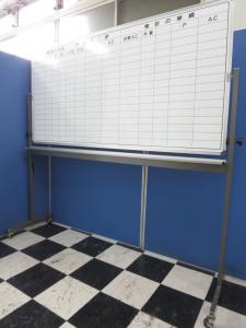 【おつとめ品】【ラスト1台】片面ホワイトボード!細かくマス分けされているので、必要に応じて内容を書き込めます!【中古オフィス家具】【GM】