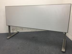 【5台入荷】使わないときは壁際へ 使い分けができるテーブル オカムラ製 幕板なし