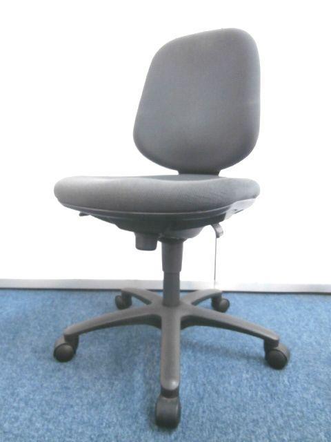 【安定感のある座り心地が大人気です】■オカムラ製