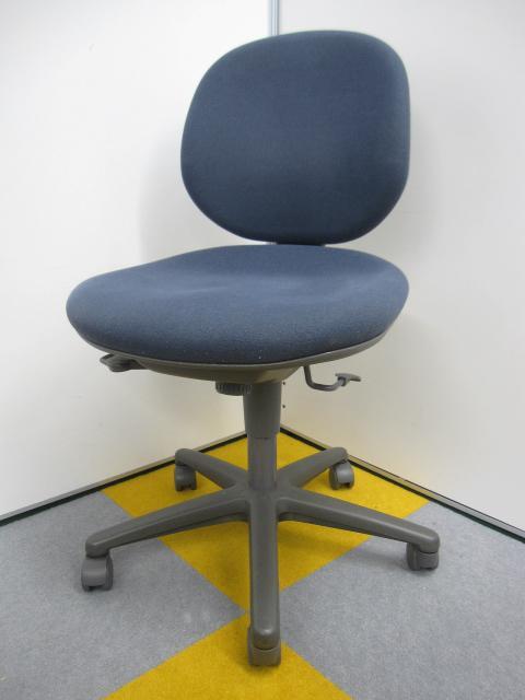 ブルーのオフィス用のチェア 内田洋行製のチェア