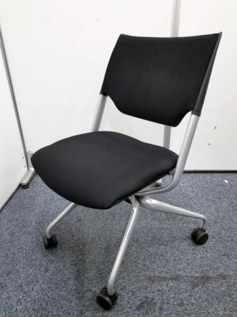 【イトーキ製の会議イス】シリーズ名:レクシブ(グッドデザイン賞)座面が折りたためる「ネスティングチェア」です。|定価:52,700円