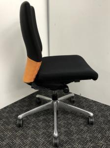 【おつとめ品】オカムラ製フィーゴチェア(Feego)【オレンジ】【ブラック】長時間のデスクワークにオススメ!リクライニング不良のためお安くしました【肘無し】【ハイバック】【高級】【中古オフィス家具】[feego](中古)