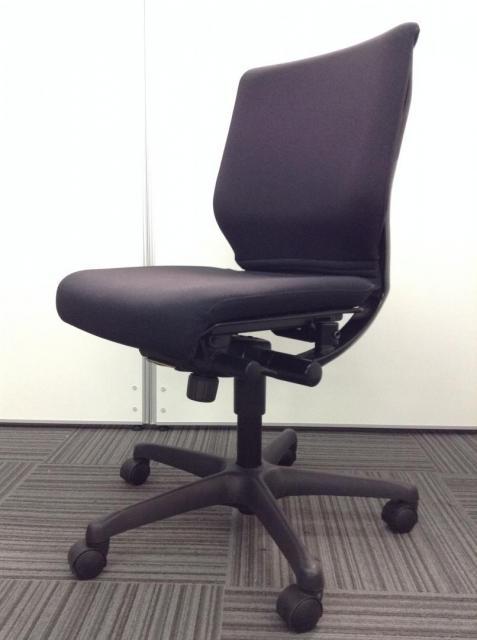 【残り1脚】デザイン性と座り心地の両面をサポート