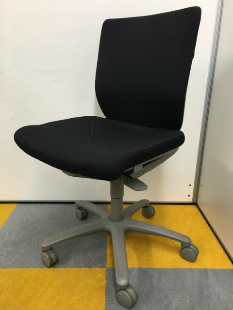 定番事務椅子、座面を前後に動かせますので、お好みの奥行を調整出来ます!