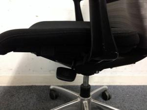 【2脚入荷】オフィスチェアの決定版!! 【feego】シームレスタイプ 肘付きでより快適なオフィスワークを[feego](中古)