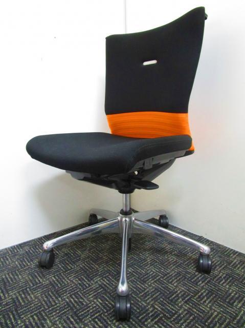 【ハンガー付き】岡村製作所(オカムラokamura)製 肘付き シームレス オレンジ ブラック 高級チェア 事務椅子 ハンガーコート