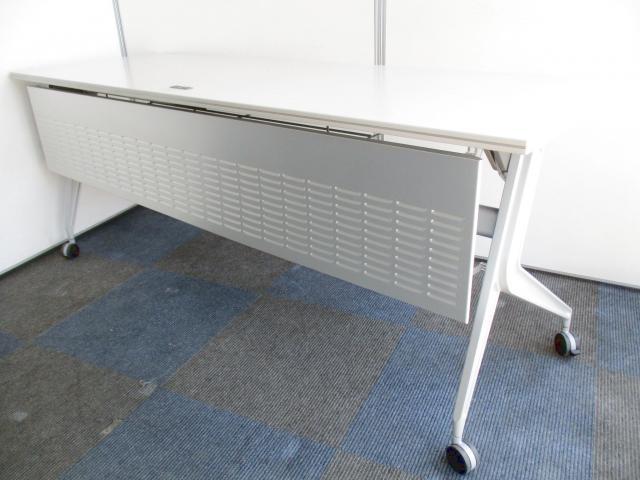 【幅ゆったりの折り畳み可能なテーブル!】幕板も付いています!【電源ケーブル内蔵の珍しいタイプです!】