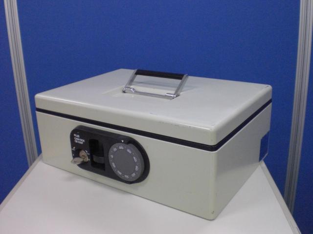 [持ち運びに便利な手提げ金庫]プラス製 手提げ金庫 重量量:2.9kg  ダイヤル式タイプ どこにでも置けるコンパクト金庫です!!