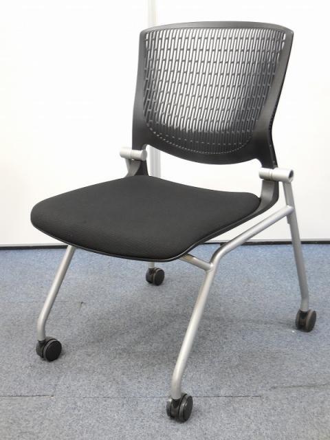 【座面が跳ね上げられ、キャスター付の万能チェア】会議室や研修スペースにいかがですか?