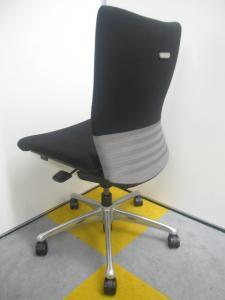 【広めのクッションで座り心地抜群!!】エルゴノミクスが生んだ快適な座り心地を!! オカムラ製 フィーゴチェア[feego](中古)