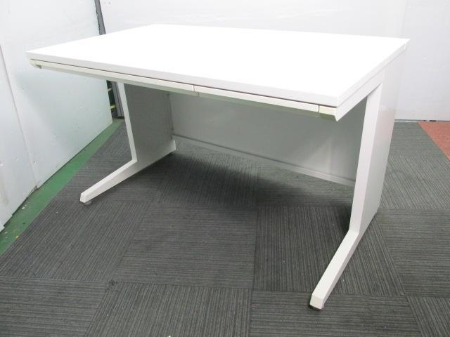 【人気のホワイト色】オカムラ製 平机 足元を広く使えます