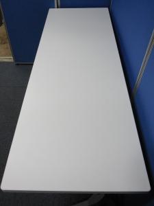 【大量12台入荷!】人気のホワイトカラー!最高品質のオカムラ製スタックテーブル!折り畳み多目的に使えるので、会議室にも使用できます![FLAPTOR](中古)