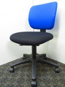 【人気の青黒チェア入荷しました!】コクヨのイーザ!背もたれ青、座面が黒のオシャレなデザインです!【中古オフィス家具】【さいたま市】【B】[EAZA](中古)