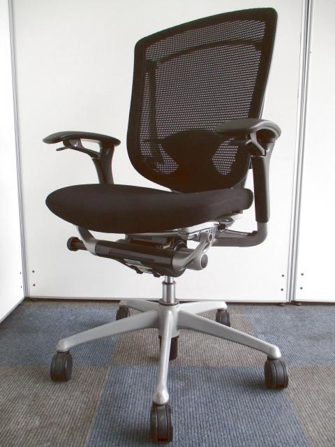 【限定4脚の入荷!!】座ったままの姿勢で操作ができる画期的なチェア!!【高級チェアの代名詞!!】
