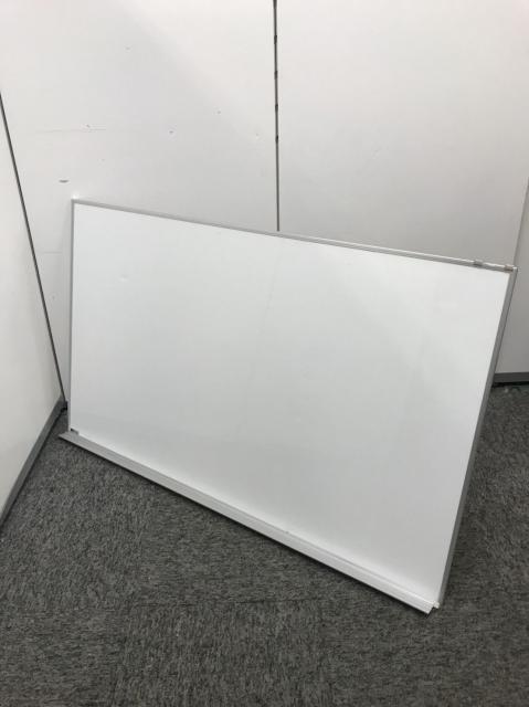 その他メーカーのホワイトボードです!壁に掛けれるので、場所を取りません!少しへこみがございます!