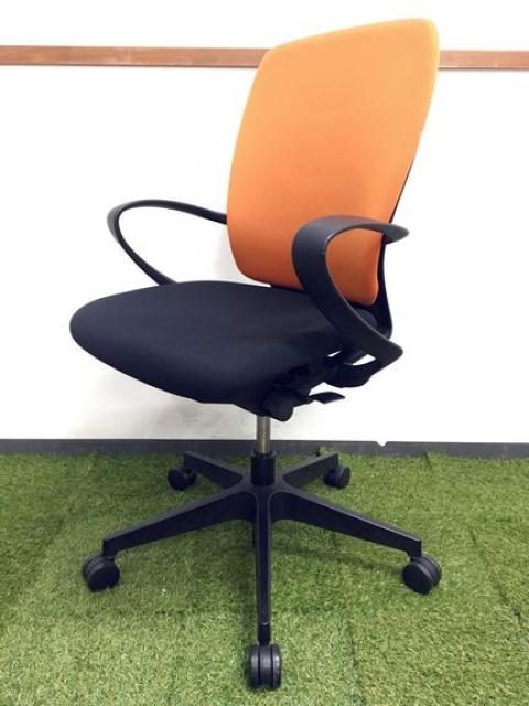 遊び心満載のデザインチェア|オレンジ×ブラックのツートン