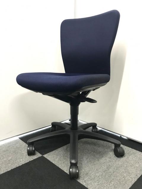 【20脚以上揃います】汚れが目立ちずらいネイビーブルーの事務椅子入荷!ブラックよりも実は目立ちません。人気の一品!