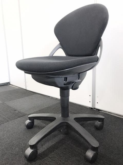【残り2台!】リピーターが多い人気のブラックカラー事務椅子です! 入れ替え、増員に是非いかがでしょうか?