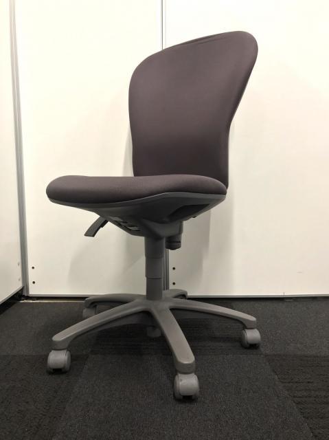 【7脚の大量入荷!】あると便利なグレーで座面ふかふかの事務椅子です!