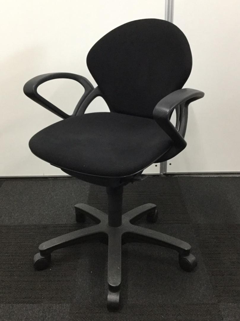 【合わせやすいデザインとブラックカラーの事務椅子です!】肘掛けもついているのでPC作業用にもオススメ!|プレーゴチェア[Prego](中古)_2