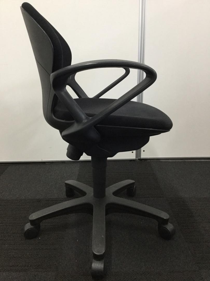 【合わせやすいデザインとブラックカラーの事務椅子です!】肘掛けもついているのでPC作業用にもオススメ!|プレーゴチェア[Prego](中古)_4